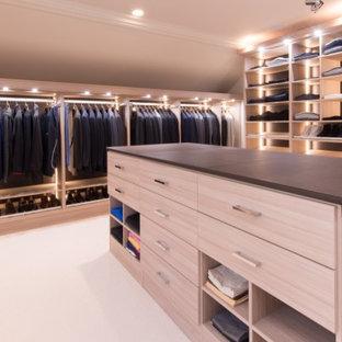 Modelo de armario vestidor de hombre, moderno, grande, con armarios abiertos, puertas de armario de madera clara y moqueta