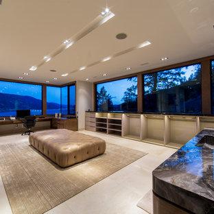 Exemple d'un très grand dressing room moderne pour un homme avec un placard sans porte, des portes de placard beiges, un sol en calcaire et un sol beige.