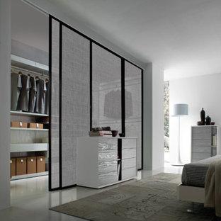Idée de décoration pour un dressing minimaliste de taille moyenne et neutre avec un placard à porte plane, des portes de placard grises et un sol en linoléum.