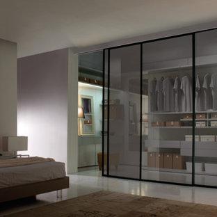 Idéer för ett mellanstort modernt walk-in-closet för könsneutrala, med släta luckor, grå skåp och linoleumgolv
