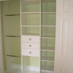 Imagen de armario unisex, pequeño, con armarios con paneles lisos y puertas de armario blancas