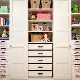 Esempio di un armadio o armadio a muro per donna classico con ante bianche
