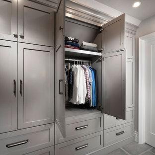 Modelo de armario y vestidor abovedado y unisex, moderno, grande, con suelo de baldosas de porcelana y suelo gris