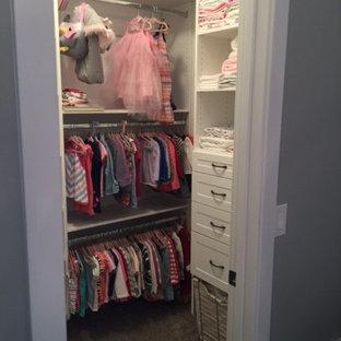 Ejemplo de armario vestidor de mujer, actual, pequeño, con armarios estilo shaker, puertas de armario blancas y moqueta