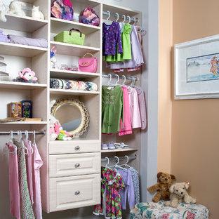 Ejemplo de vestidor de mujer, romántico, pequeño, con armarios con paneles con relieve, puertas de armario blancas, moqueta y suelo gris