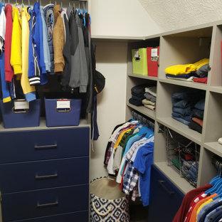 Ejemplo de armario vestidor de hombre, moderno, pequeño, con armarios con paneles lisos y puertas de armario azules