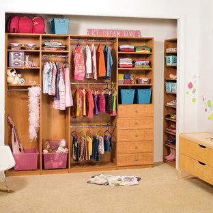 Imagen de armario de mujer, tradicional, de tamaño medio, con armarios con puertas mallorquinas, puertas de armario de madera clara y moqueta