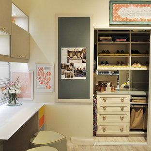 Foto de armario unisex, bohemio, grande, con armarios estilo shaker, puertas de armario beige y suelo vinílico