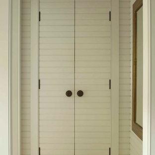 Immagine di armadi e cabine armadio country con parquet chiaro