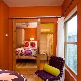 Idée de décoration pour un dressing et rangement urbain de taille moyenne avec un sol en bois brun et un sol marron.