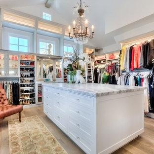 Inspiration för mycket stora lantliga walk-in-closets för kvinnor, med öppna hyllor, vita skåp och ljust trägolv