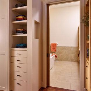 Foto de vestidor de hombre, de estilo americano, grande, con armarios estilo shaker, puertas de armario blancas y suelo de madera oscura