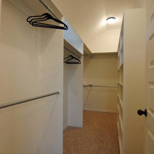 Modelo de armario vestidor unisex, ecléctico, grande, con puertas de armario blancas y moqueta