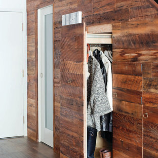 EIngebautes, Neutrales Modernes Ankleidezimmer mit flächenbündigen Schrankfronten, dunklen Holzschränken und dunklem Holzboden in Vancouver