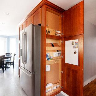 Modelo de armario unisex, de estilo americano, pequeño, con armarios estilo shaker, puertas de armario de madera oscura, suelo de baldosas de cerámica y suelo gris
