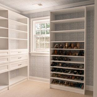 Modelo de armario vestidor unisex y papel pintado, tradicional, de tamaño medio, con puertas de armario blancas y papel pintado