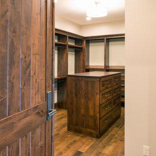 Idéer för ett stort rustikt walk-in-closet för könsneutrala, med öppna hyllor, skåp i mörkt trä, mellanmörkt trägolv och brunt golv