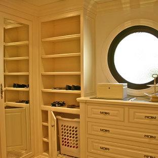Modelo de armario vestidor unisex, tradicional, grande, con puertas de armario blancas, moqueta, armarios con paneles con relieve y suelo beige
