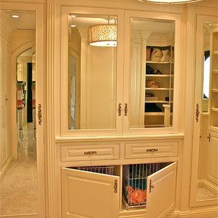 Ejemplo de armario vestidor unisex, clásico, grande, con puertas de armario blancas, moqueta, armarios con paneles con relieve y suelo beige