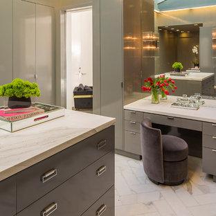 Foto de armario vestidor unisex, actual, extra grande, con armarios con paneles lisos, puertas de armario grises y suelo de mármol