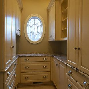 Imagen de armario vestidor clásico, grande, con armarios con paneles con relieve
