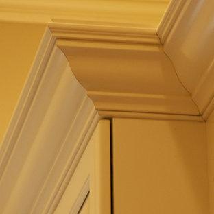 Imagen de armario vestidor unisex, clásico, grande, con armarios con paneles con relieve