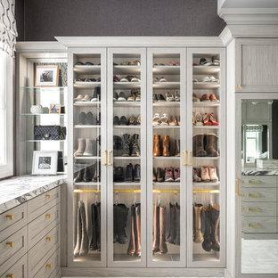 Esempio di uno spazio per vestirsi per donna moderno con ante con riquadro incassato, ante in legno chiaro, moquette e pavimento grigio