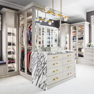 Ejemplo de armario vestidor de mujer, contemporáneo, con puertas de armario de madera clara, moqueta, suelo gris y armarios estilo shaker