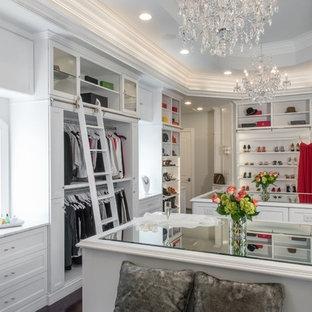 Exempel på ett stort klassiskt walk-in-closet för kvinnor, med vita skåp, mörkt trägolv och luckor med infälld panel