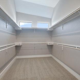 Modelo de armario vestidor unisex y abovedado, minimalista, grande, con armarios abiertos, puertas de armario blancas, moqueta y suelo gris
