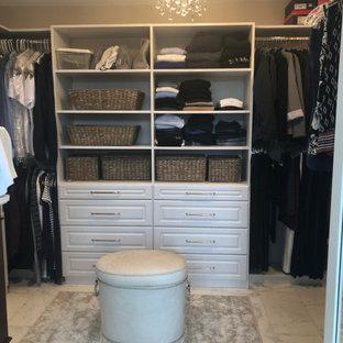 Ejemplo de armario vestidor unisex, contemporáneo, de tamaño medio, con suelo de mármol y suelo blanco
