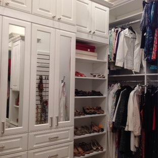 Modelo de armario vestidor de mujer, ecléctico, grande, con armarios con paneles con relieve, puertas de armario blancas y moqueta