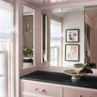 Imagen de armario y vestidor romántico de tamaño medio
