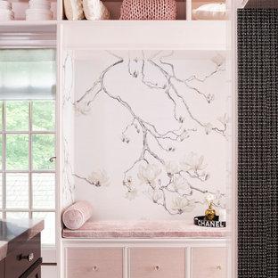 Diseño de armario y vestidor de mujer, clásico renovado, de tamaño medio, con armarios con paneles lisos, suelo de madera oscura y suelo marrón