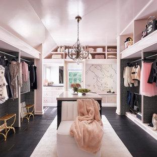 Idéer för ett mellanstort klassiskt walk-in-closet för kvinnor, med öppna hyllor, mörkt trägolv och svart golv