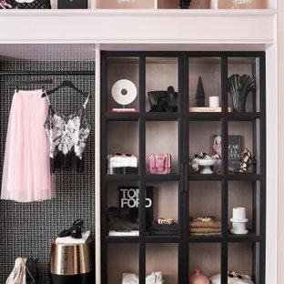 Inspiration för mellanstora shabby chic-inspirerade garderober