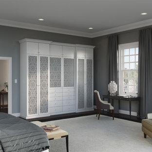 Ejemplo de armario de mujer, clásico, grande, con armarios con paneles lisos, puertas de armario blancas y suelo de madera oscura
