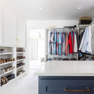 Imagen de vestidor unisex, clásico renovado, grande, con puertas de armario azules y suelo blanco