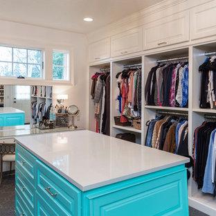 Diseño de armario vestidor unisex, clásico renovado, extra grande, con armarios con rebordes decorativos, puertas de armario azules, moqueta y suelo gris