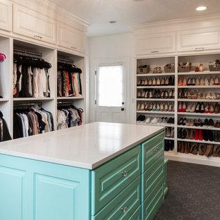 Diseño de armario vestidor unisex, tradicional renovado, extra grande, con armarios con rebordes decorativos, puertas de armario azules, moqueta y suelo gris
