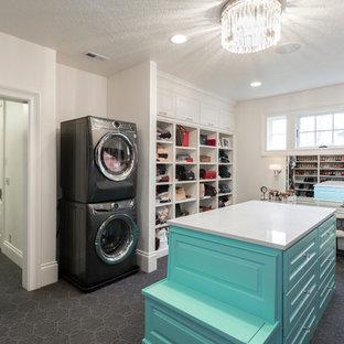 Foto de armario vestidor unisex, tradicional renovado, extra grande, con armarios con rebordes decorativos, puertas de armario azules, moqueta y suelo gris