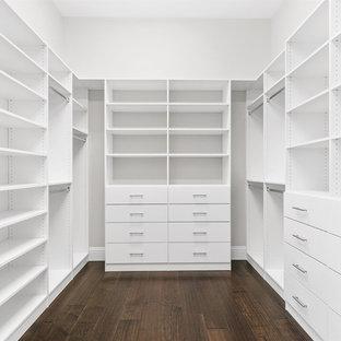 Großer Klassischer Begehbarer Kleiderschrank mit offenen Schränken, weißen Schränken, dunklem Holzboden und braunem Boden in Orlando