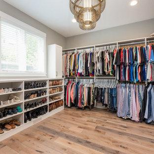 Modelo de armario y vestidor unisex, marinero, con armarios estilo shaker, puertas de armario blancas y suelo de madera en tonos medios