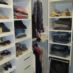Imagen de armario vestidor unisex, clásico renovado, de tamaño medio, con armarios con paneles lisos, puertas de armario blancas, suelo de baldosas de porcelana y suelo blanco