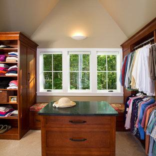 Imagen de armario vestidor unisex, rural, con armarios estilo shaker, puertas de armario de madera oscura y moqueta
