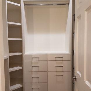 Diseño de armario vestidor de hombre, de estilo zen, grande, con armarios con paneles lisos, puertas de armario blancas, suelo de baldosas de porcelana y suelo gris