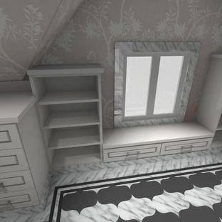 Idee per un grande spazio per vestirsi unisex con ante con bugna sagomata, ante bianche, pavimento in marmo e pavimento multicolore