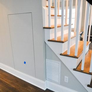 Foto di un piccolo armadio o armadio a muro unisex tradizionale con ante lisce, ante grigie, parquet scuro e pavimento multicolore