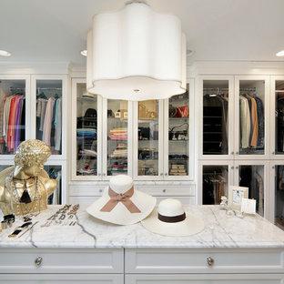 Foto de vestidor de mujer, clásico, grande, con armarios tipo vitrina, puertas de armario blancas y moqueta