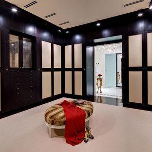 Ispirazione per un grande spazio per vestirsi unisex mediterraneo con ante in stile shaker, ante in legno bruno e parquet scuro